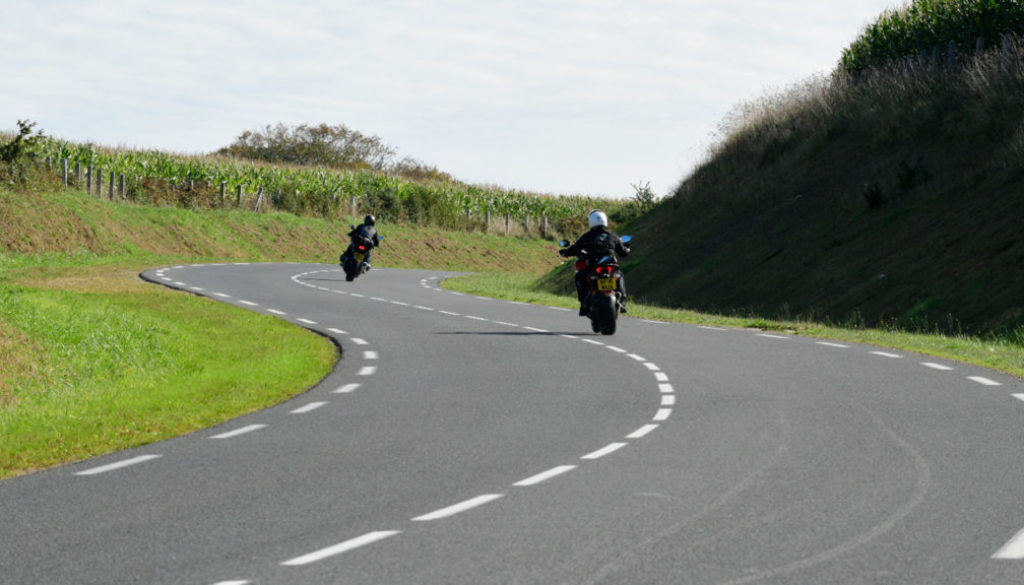 Two riders, linking two bends